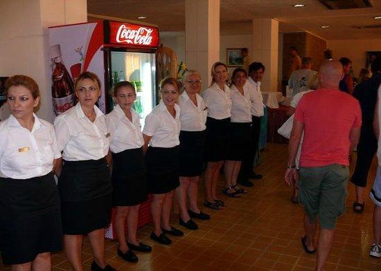 Hotel Rhodos Horizon Resort: Het personeel staat zo als de dinerroom open gaat