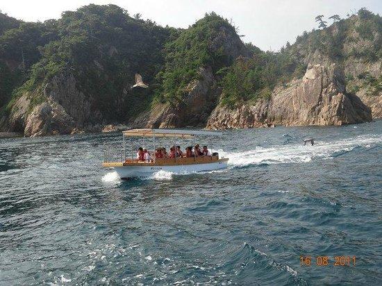 Trip Around the Islands Sightseeing Pleasure Boat : O BARCO MENOR PASSANDO AO NOSSO LADO