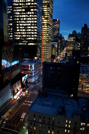 InterContinental New York Times Square: Vue de nuit sur la 8th Avenue