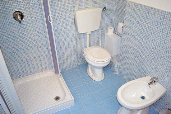 B&B La Galleria: bagno con doccia