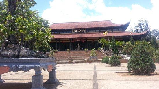 Thien Vuong Co Sat Pagoda:                   Entrance view coming from Elephant Falls