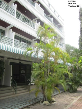 Puangpen Villa Hotel:                                     Hotel grounds