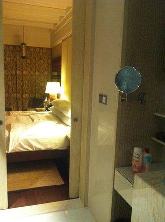 Shangri-La's Boracay Resort & Spa: вид на комнату из ванной