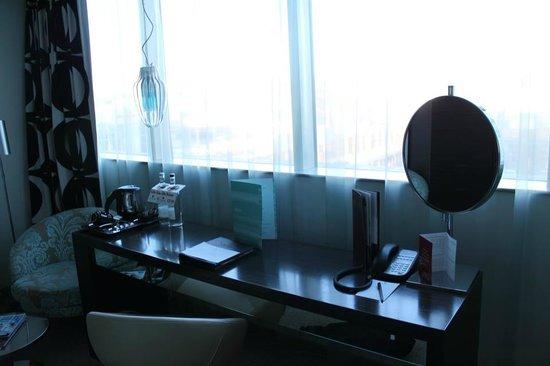Clayton Hotel Chiswick:                   desk