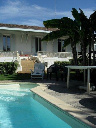 Les Roses d'Arès : La maison depuis la piscine