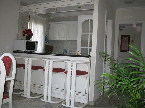 offene Küche mit Tresen - Picture of Apartamentos Casablanca ...