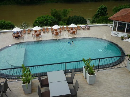 Cinnamon Citadel Kandy:                   the swimming pool from our room