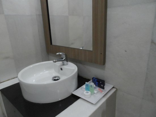 Sumai Hotel Apartment :                   Bathroom