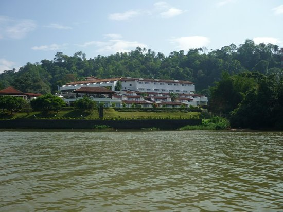 Cinnamon Citadel Kandy:                   view of hotel from the river