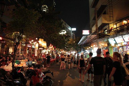 New World City Hotel: La sera a poche centinaia di metri dall'Hotel, strade ricche di movimento.