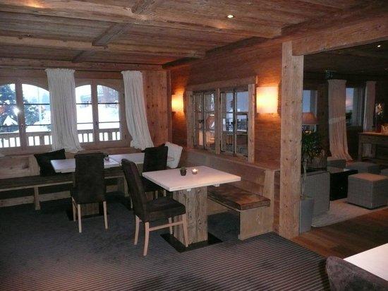 Hotel des Alpes by Bruno Kernen: ontbijtruimte en zicht op lounge