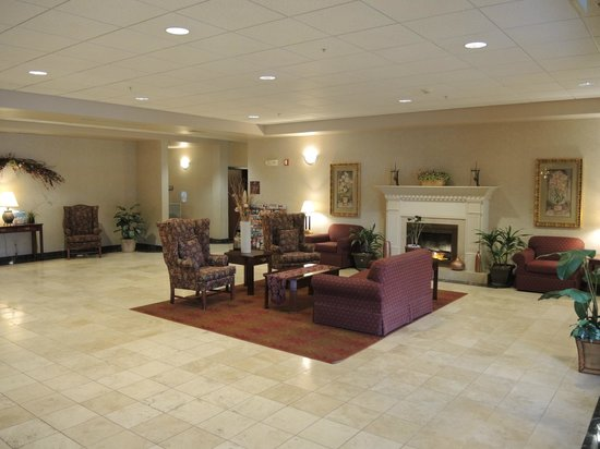 Evergreen Inn and Suites: Lobby