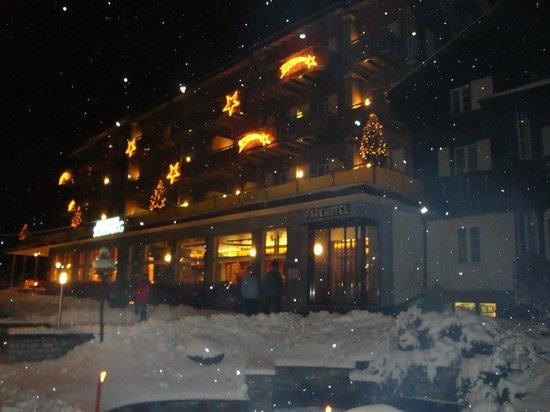 Parkhotel Schoenegg: hotel 's avonds in de sneeuw
