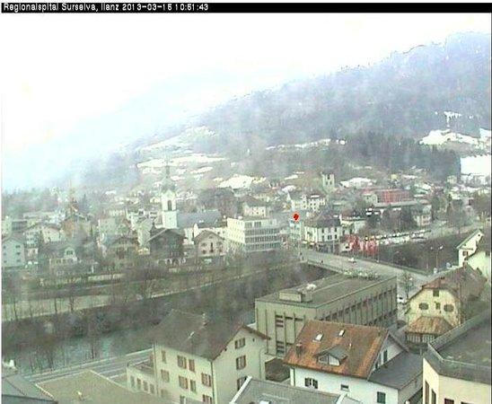 Hotel Raetia: zicht op het hotel (met rode stip) met de webcam vanaf het ziekenhuis.