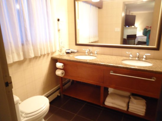 Best Western Plus Siding 29 Lodge:                   Nice bathroom with double sinks