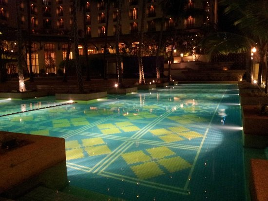 Chatrium Hotel Royal Lake Yangon:                   Pool at night