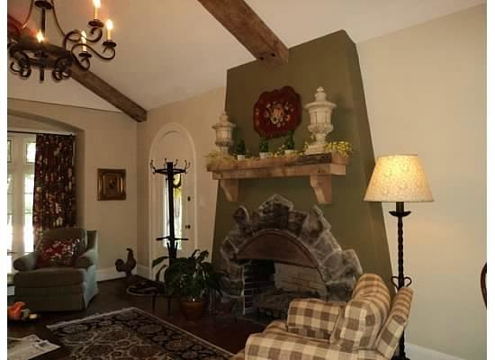 ‪‪Chanticleer Inn Bed and Breakfast‬:                   Fireplace in common sitting area