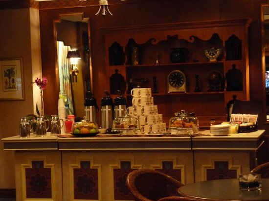 Casablanca Hotel by Library Hotel Collection:                   The breakfastroom really early