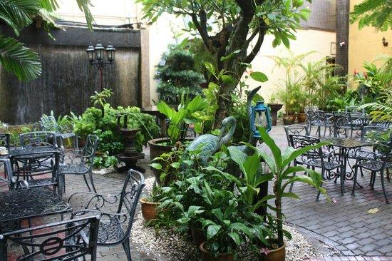 Hotel Puri: Cours extérieure