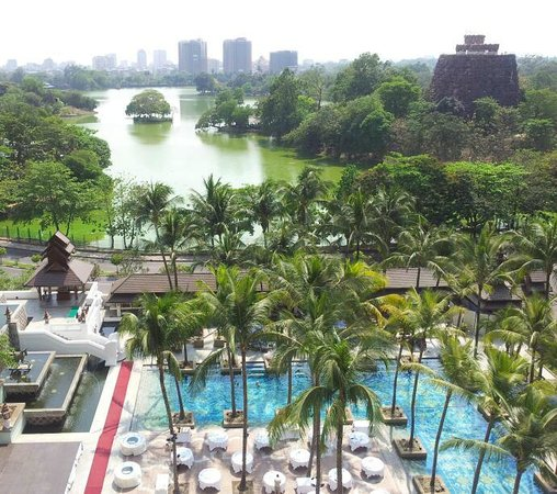 Chatrium Hotel Royal Lake Yangon:                   Pool and Kandawgyi  Lake
