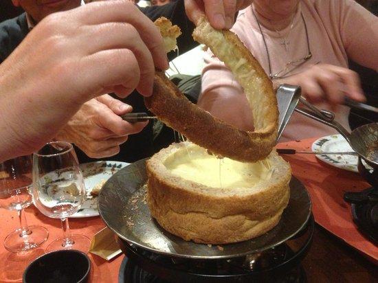 Le Chalet Suisse :                   Partage de la rondelle de pain avec les amis, pour continuer a tremper dans le