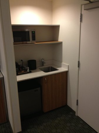 SpringHill Suites St. Louis Airport/Earth City:                   Mini-kitchen