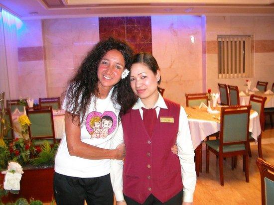 Golden Tulip Thanyah Hotel Apartments: Sala interna del ristorante con JUDY e ANNA