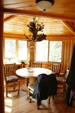 Lazy R Cottages:                   mountain masterpiece at wild basin dining area