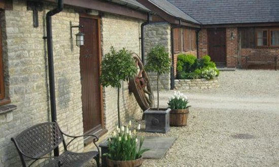 Huntsmill Farm: Courtyard view of B&B entrance and Blacksmiths Cottage