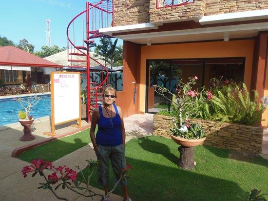Citadel Bed and Breakfast : La habitación y la piscina