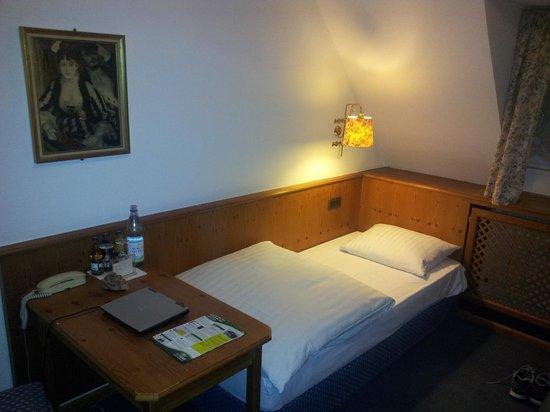 Zur Stadt Mainz: Das linke Bett in einem Zweibettzimmer