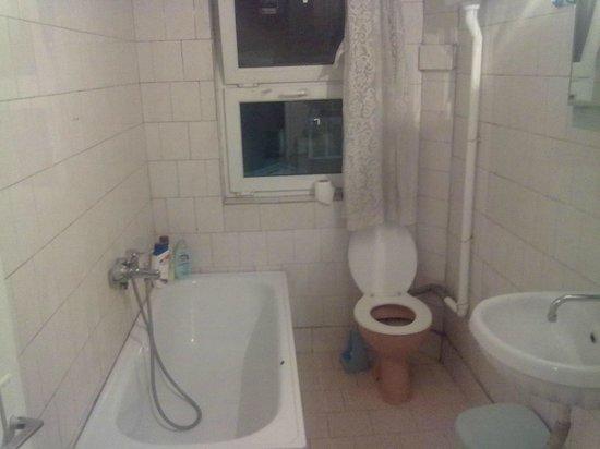 Hotel Worth:                                     bathroom