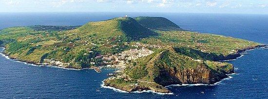 L\'Isola di Ustica vista dall\'alto - Picture of Le Terrazze Studio ...
