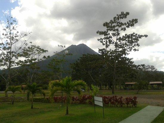 Termales Los Laureles:                                     vista del volcan arenal