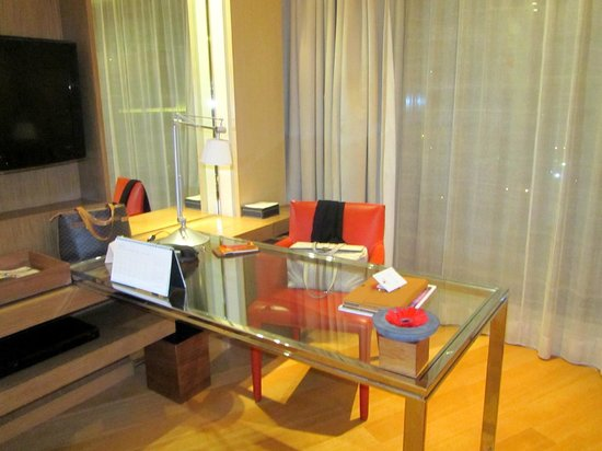 Trident, Bandra Kurla, Mumbai: A highly function multi-purpose desk arrangement.