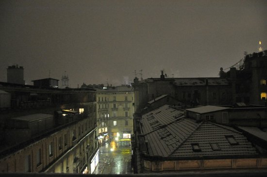 Hotel Spadari al Duomo: The view from the balcony and it´s snowing