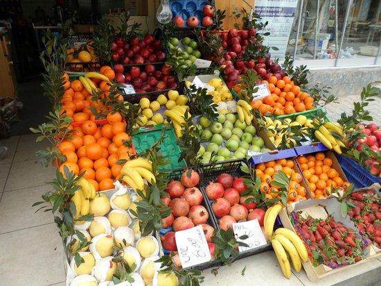 Burgazada: plenty of fresh fruit on the island