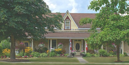 Limestone B&B : Summer view from the street