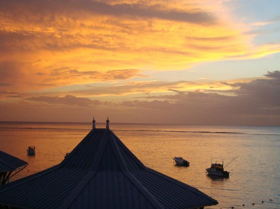 Pearle Beach Resort & Spa: Sunset from our balcony