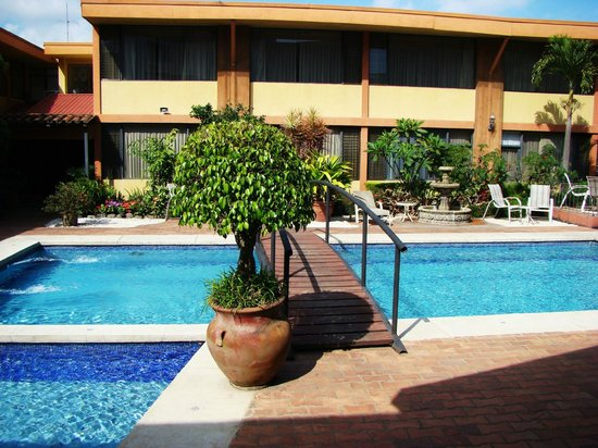 Boutique Hotel Jade :                   piscina separando area de habitaciones y comedor.