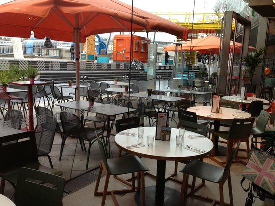 Giraffe - Royal Festival Hall:                   empty tables (but not for us...)