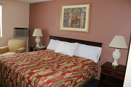 Knights Inn Wentzville MO: King Size Room