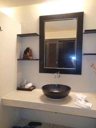Sino House Phuket Hotel and Apartment: Salle de bain