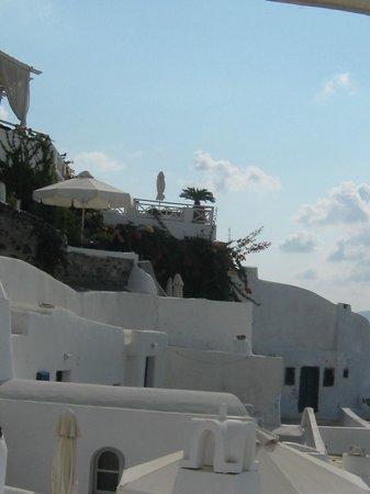Alexander's Boutique Hotel of Oia:                   Vista general del Hotel desde las píscinas y jacuzzis
