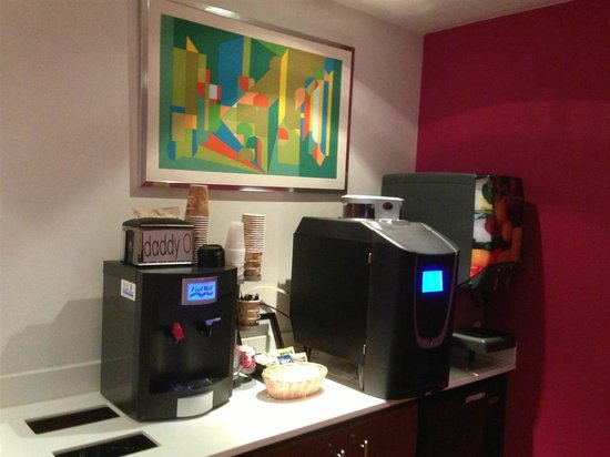 Daddy O Hotel: Complimentary water and coffeemaker