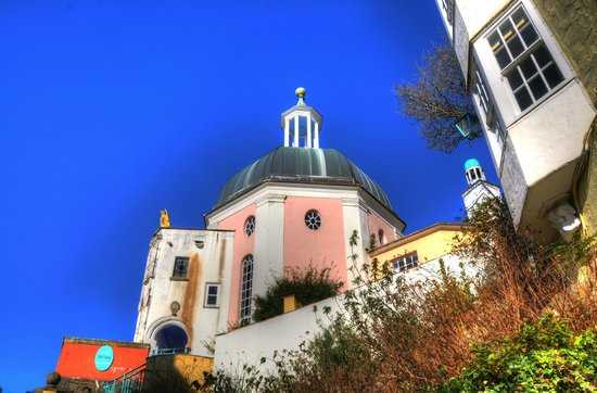 Portmeirion Village: pink church