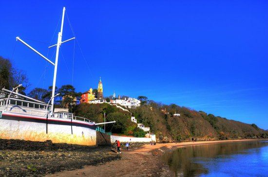 Portmeirion Village: village shore