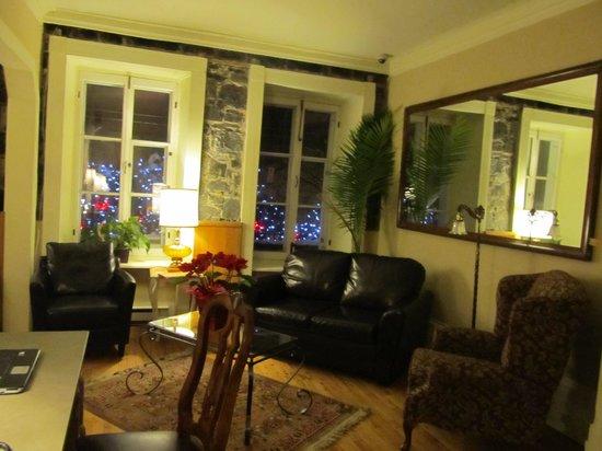 le petit salon - Picture of Hotel Jardin Ste-Anne, Quebec City ...