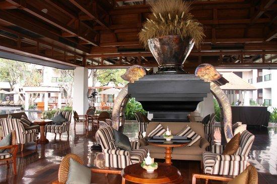Ratilanna Riverside Spa Resort Chiang Mai: Vor dem Dinner noch ein Getränk im Poolbereich