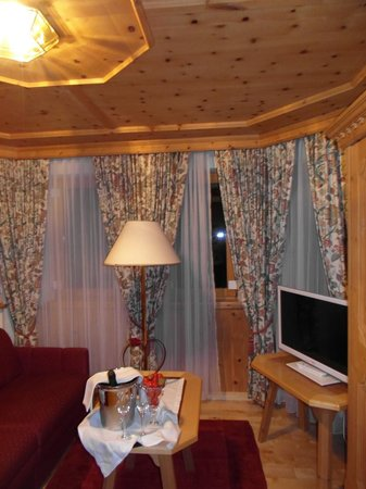 Hotel Chasa Montana: ENTRADA AL CUARTO